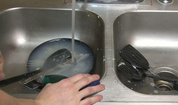 Ngâm nồi chảo trước khi rửa