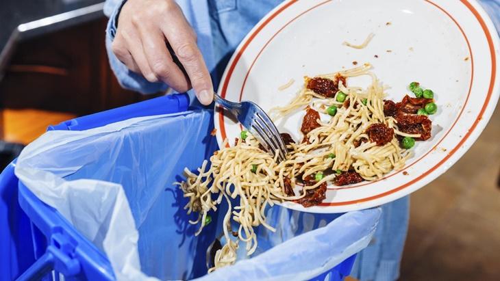 Đổ bỏ thức ăn thừa trước khi cho chén bát vào bồn rửa chén