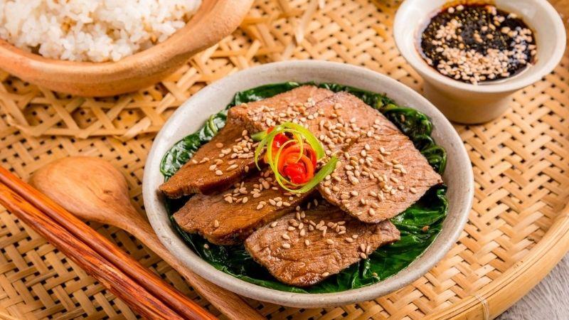 Cơm thịt bò trộn cải bó xôi