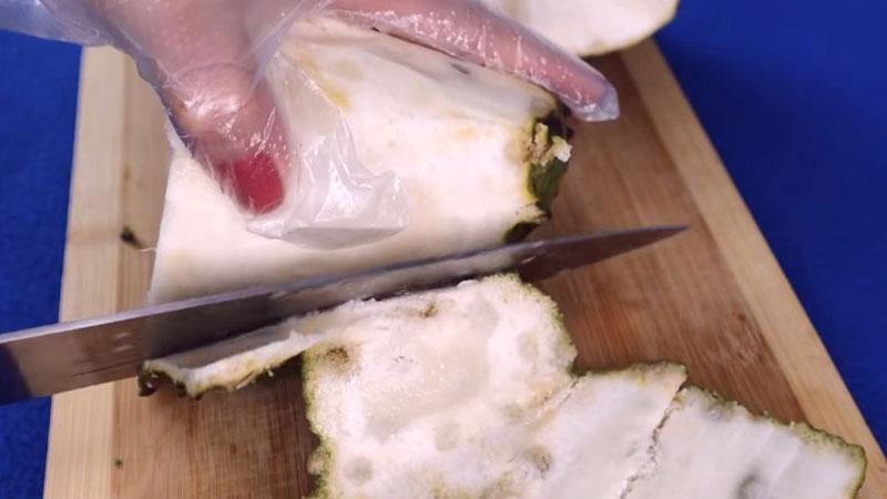 Mãng cầu xiêm sau khi mua về thì dùng dao gọt bỏ phần vỏ.