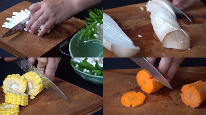 Bắp cắt thành từng khúc nhỏ, nấm kim châm, nấm hải sản và đùi gà cắt thành từng miếng vừa ăn