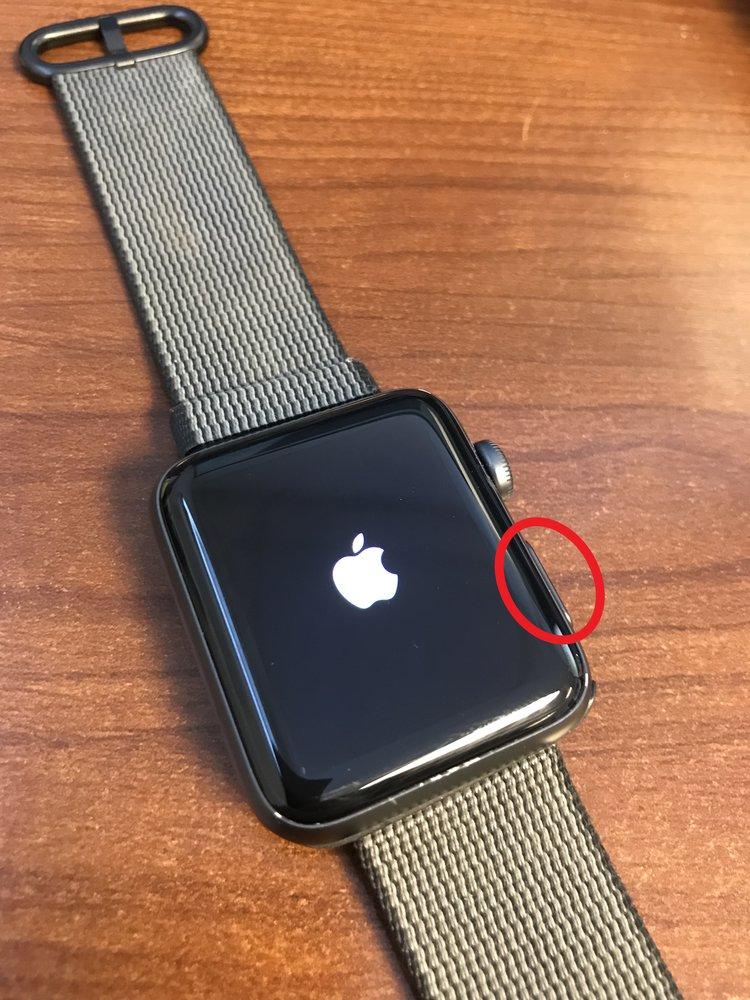 Logo màu trắng của Apple hiện lên