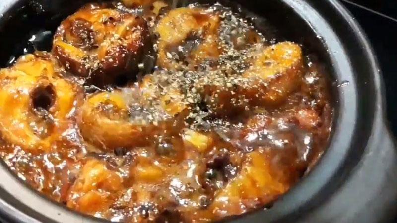 Kho đến khi phần nước cá sệt lại thì cho một ít dầu ăn vào, rắc tiêu lên, rồi tắt bếp.