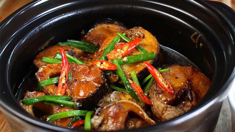 Vậy là món cá lóc kho tiêu đã xong rồi, cho tộ cá ra bàn ăn, trang trí với hành lá và một ít ớt, thưởng thức thành phẩm thôi nào.