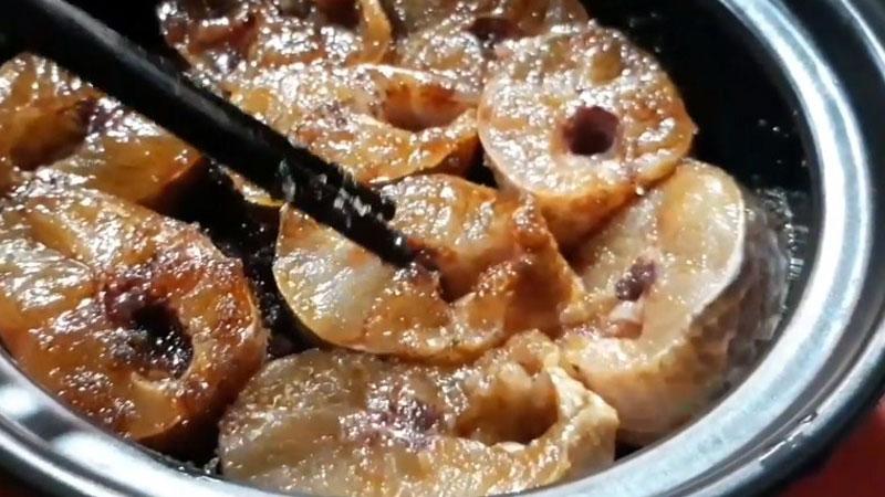 Cho cá lóc vào trong tộ, sau đó ướp cá với một ít tiêu, đường, hạt nêm, nước màu và nước mắm trong 15 - 20 phút để cá thấm, sau khi kho sẽ ngon hơn.