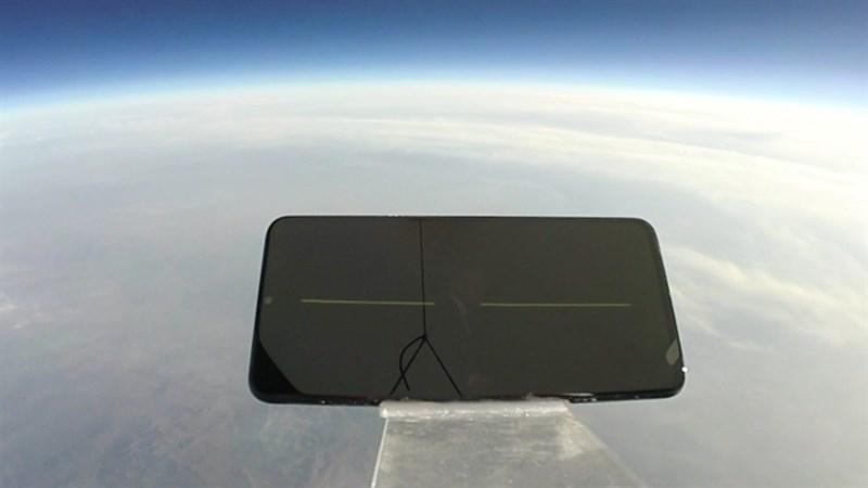 Choáng: Smartphone vẫn sống sót khi rơi từ độ cao hơn 30km - ảnh 1