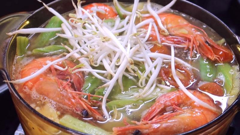 Nấu đến khi tôm và đậu bắp chín thì cho giá vào, nêm nếm với một ít muối, hạt nêm, bột ngọt và nước mắm, đảo đều, sau đó tắt bếp.