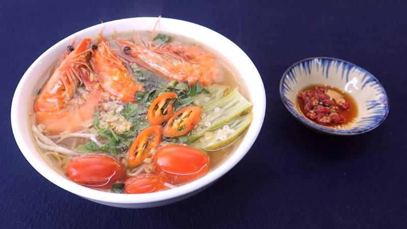 Múc canh ra tô, trang trí với ớt, ngò gai, ngò ôm và rau quế, vậy là món canh chua tôm đã xong rồi, thưởng thức thôi nào.