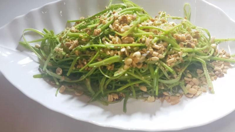 Cho rau muống ra đĩa, rắc hết phần đậu phộng còn lại vào, vậy là bạn đã có ngay một đĩa gỏi rau muống ngon lành rồi.