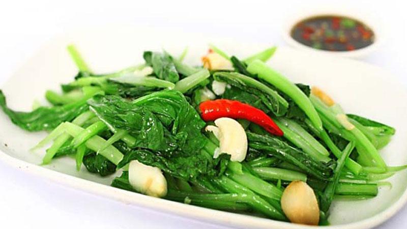 Bữa cơm đạm bạc với cải ngọt xào tỏi xanh mướt thơm lừng