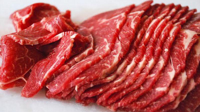 Thịt bò rửa sạch, để ráo rồi cắt thành từng miếng mỏng vừa ăn.