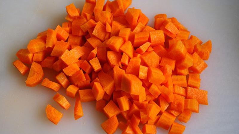 Cà rốt gọt vỏ, rửa sạch rồi cắt hạt lựu nhỏ.