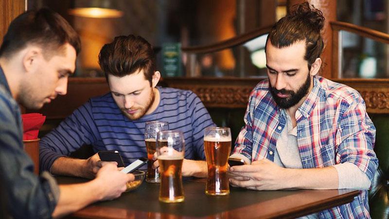 dùng điện thoại trong bar