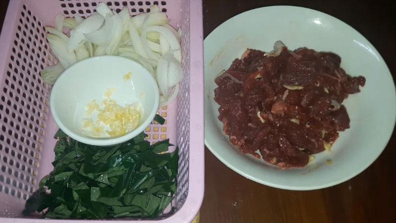 Dùng đũa trộn đều cho gia vị và thịt bò hòa với nhau, rồi ướp trong 20 phút.