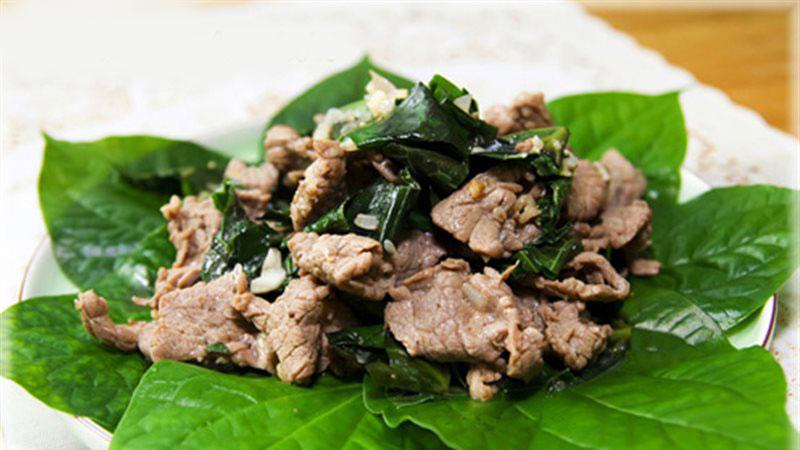 Cho thịt bò xào lá lốt ra đĩa, rắc lên một ít tiêu, sau đó thưởng thức thôi nào.