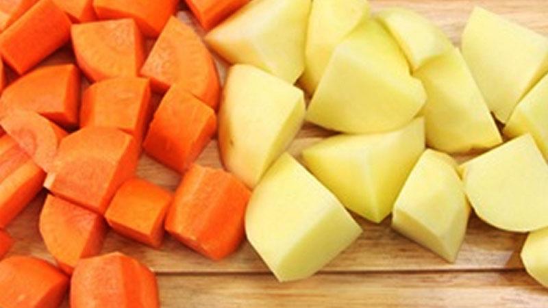 Khoai tây và cà rốt gọt vỏ, rửa sạch với nước, sau đó cắt hạt lựu vừa ăn.