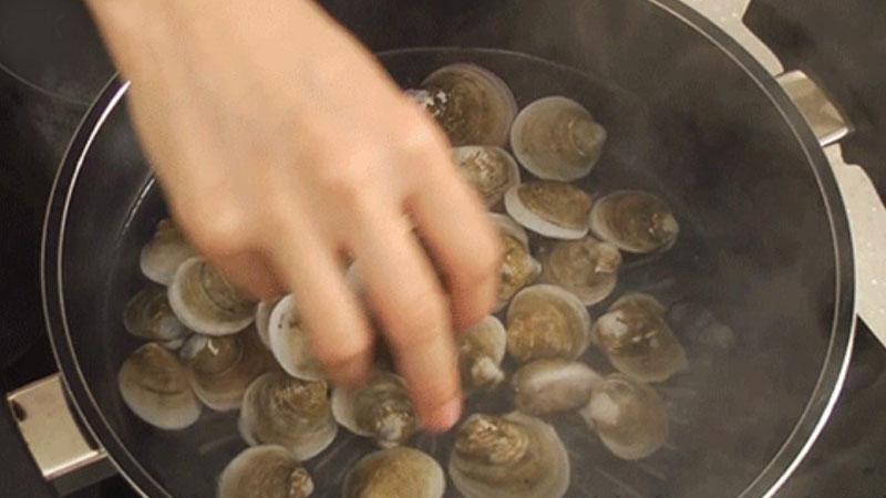 Bắc một nồi nước sôi lên bếp, sau đó cho ngao vào, luộc đến khi thấy ngao mở miệng ra thì tắt bếp