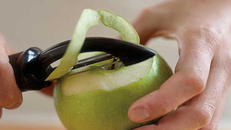Gọt táo siêu đẹp dành đãi khách đến nhà