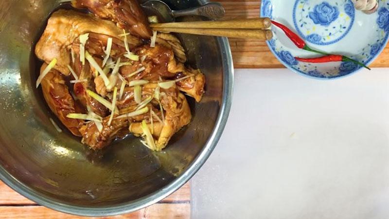 Sau đó trộn đều rồi cho thêm một ít gừng vào để thịt gà thơm hơn, rồi ướp trong 10 - 15 phút.