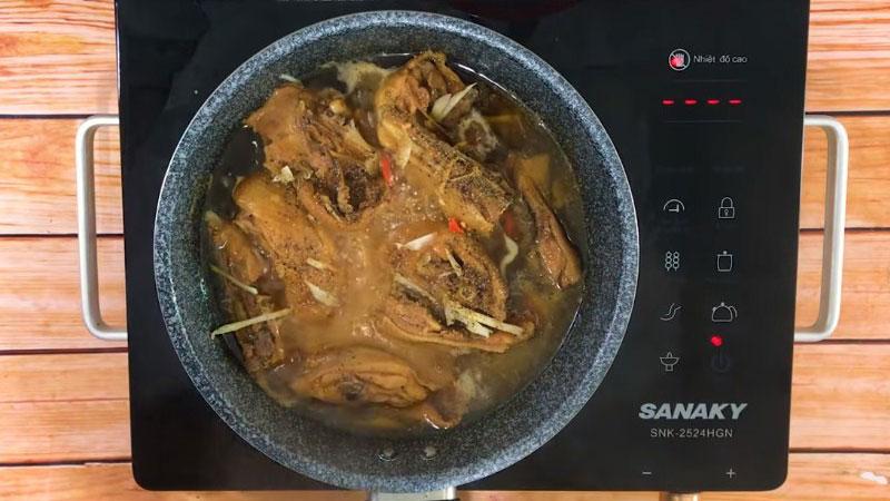 Khi thịt gà đã chín thì cho phần gừng còn lại, ớt và một ít tiêu vào, tắt bếp.