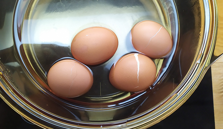 Sợ luộc trứng bị nứt thì hãy thực hiện theo cách sau