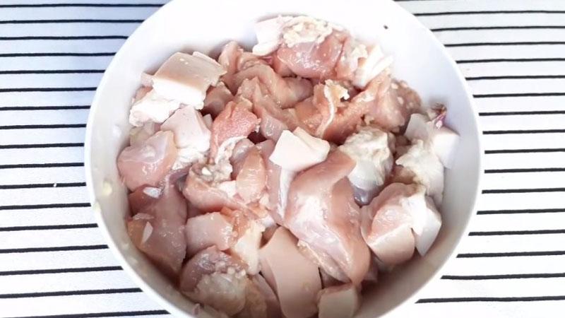 Cho thịt heo vào trong một cái tô cùng với hành tím, hạt nêm, đường, bột ngọt, nước mắm, tiêu và nước màu.