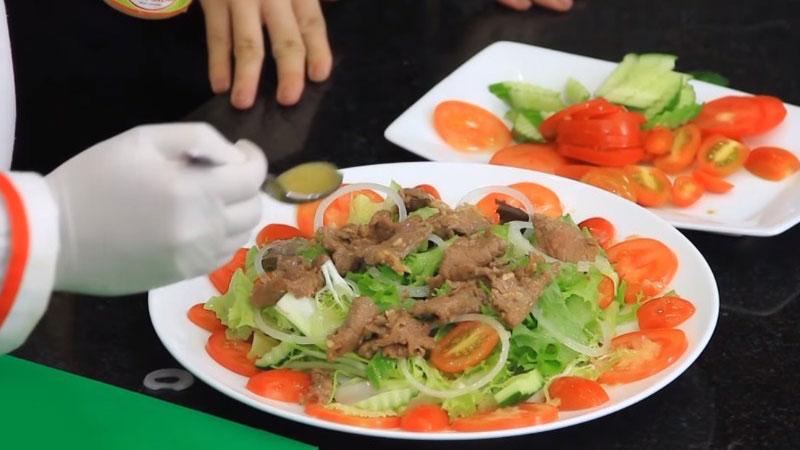 Rồi cho thịt bò lên cùng với một ít dầu dấm nữa, vậy là món xà lách thịt bò đã xong rồi, cho ra bàn ăn và thưởng thức ngay thôi nào.