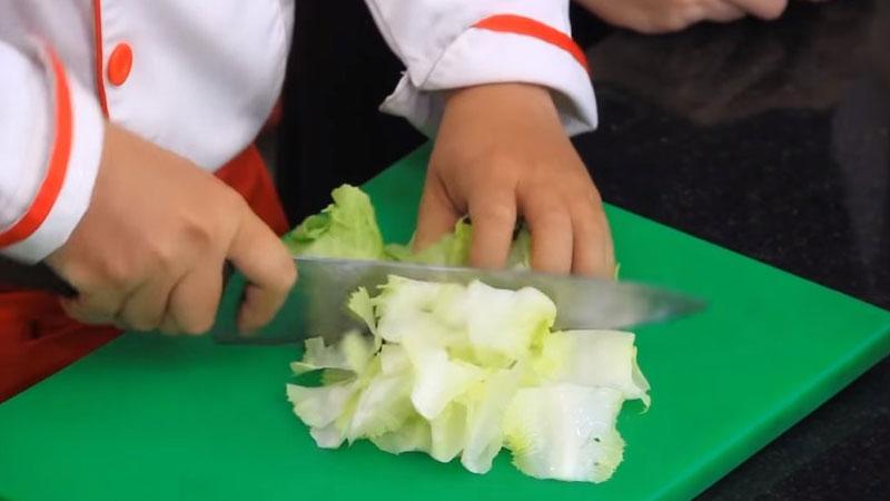 Rửa sạch rau xà lách dưới vòi nước, rồi cắt thành từng khúc khoảng 5cm.
