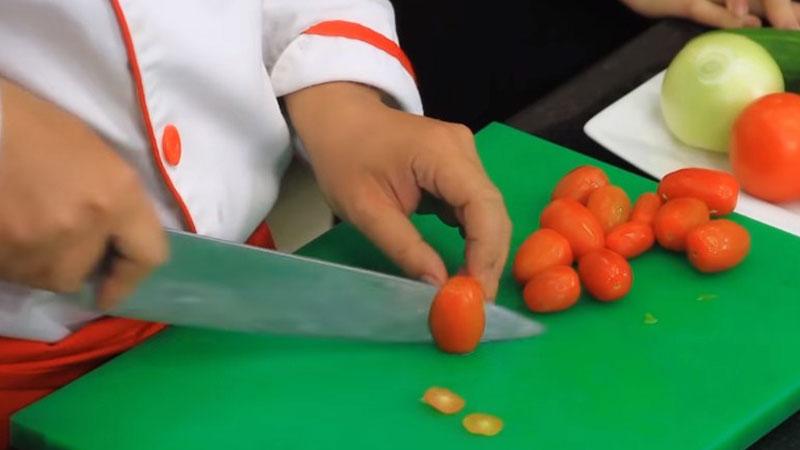 Cà chua và cà chua bi rửa sạch, với cà chua bi thì bạn cắt đôi.