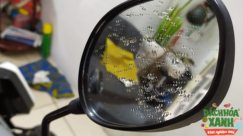 Nước động lại làm kính chiếu hậu khó nhìn rõ khi đi mưa