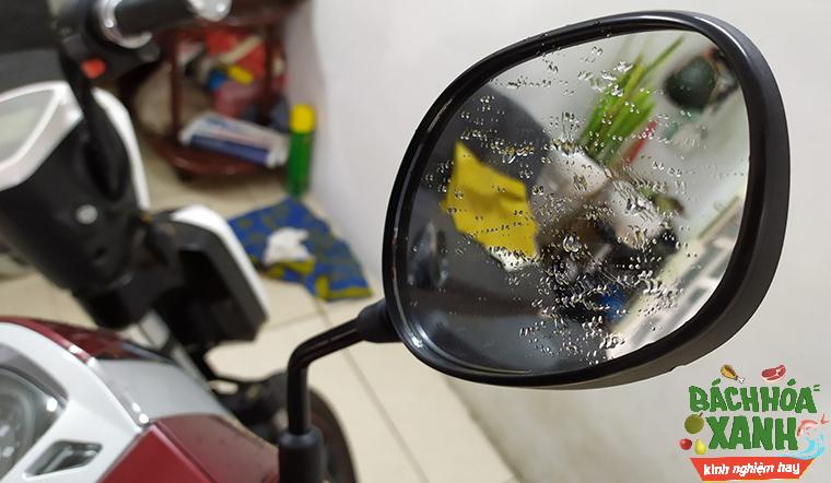Chẳng sợ mất tầm nhìn với cách chống đọng nước kính chiếu hậu ngày mưa