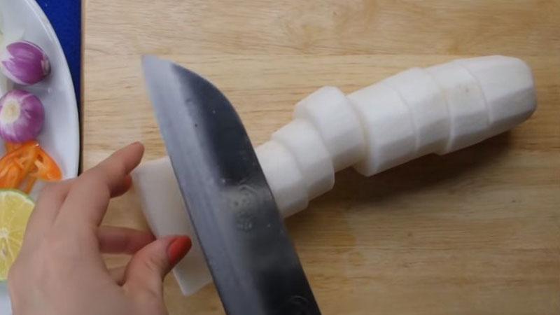 Củ cải trắng gọt vỏ, rửa sạch, sau đó cắt thành từng khoanh 1 - 2cm.