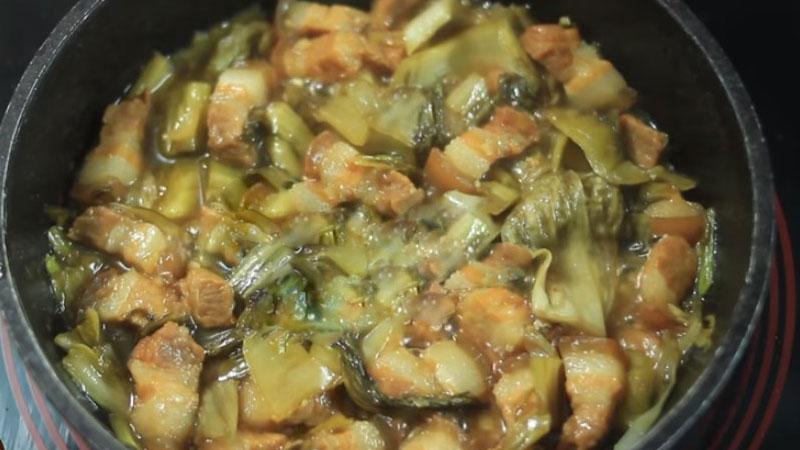 Tiếp tục kho ở lửa nhỏ đến khi thịt chín đều, rắc lên một ít tiêu và tắt bếp.