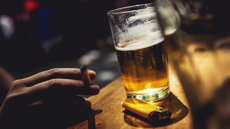 Tác hại gấp đôi với thói quen hút thuốc khi uống bia
