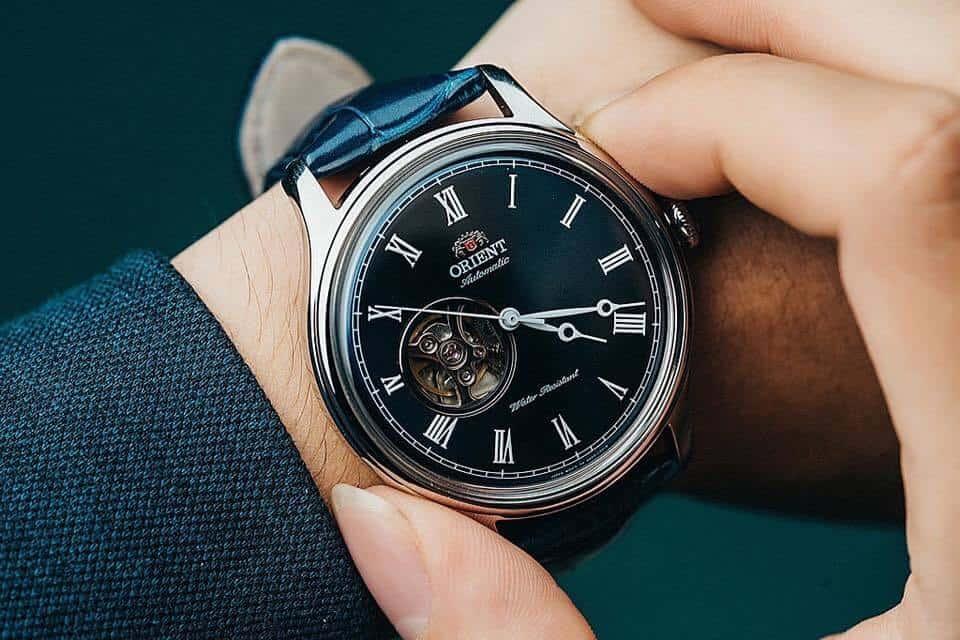 Đa số đồng hồ được thiết kế cho người thuận tay phải