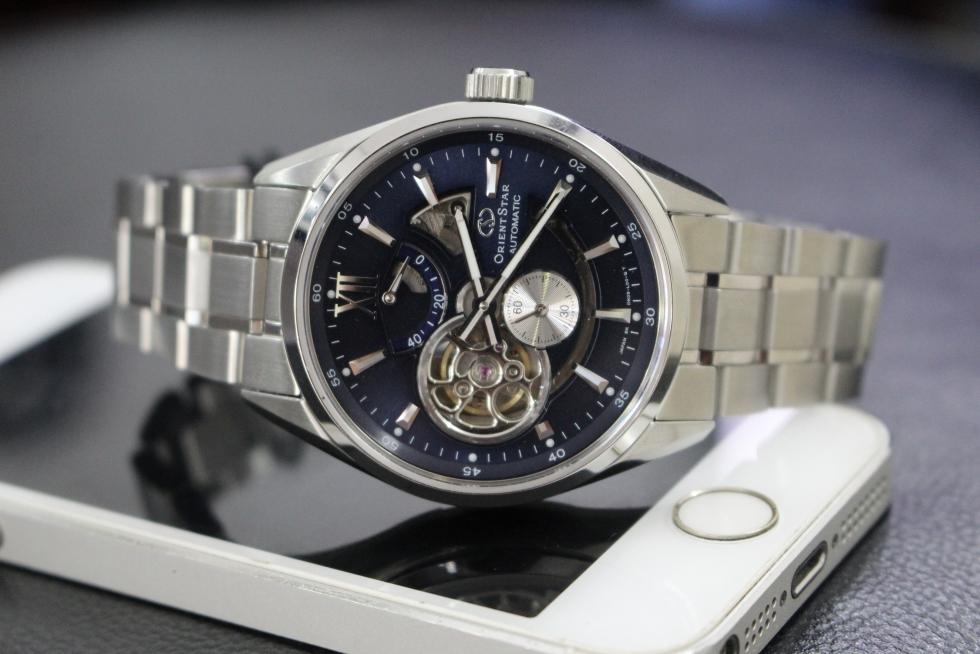 Đồng hồ cơ thường được đeo vào tay trái