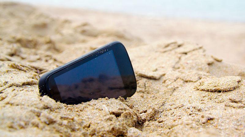 smartphone dính cát