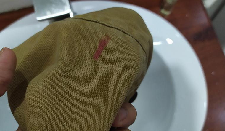 Tẩy sạch vết son trên áo bằng nước tẩy trang