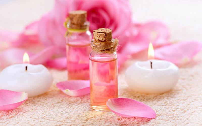 hoa hồng có 3 tính chất dược liệu chính là giữ ẩm, làm dịu mát da và tăng thêm sắc tố hồng tự nhiên cho da.