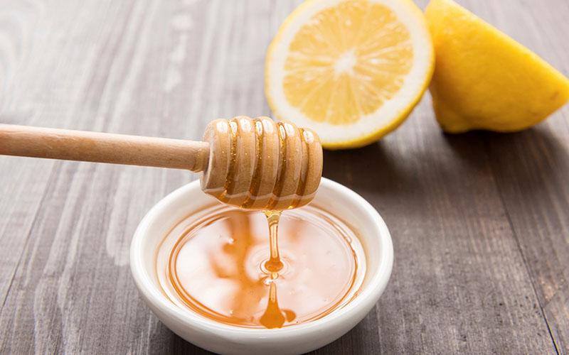 Chanh được coi là loại thần dược hữu ích cho việc làm đẹp, chúng giúp làm sạch da, tẩy tế bào chết và trị thâm rất tốt mang lại màu sắc môi vốn có và đẩy lùi những đốm thâm, sạm trên môi.