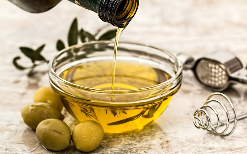 Có thể nói dầu olive chính là cách làm đẹp tự nhiên từ thời xa xưa đã được áp dụng làm đẹp và chăm sóc môi khô hiệu quả.