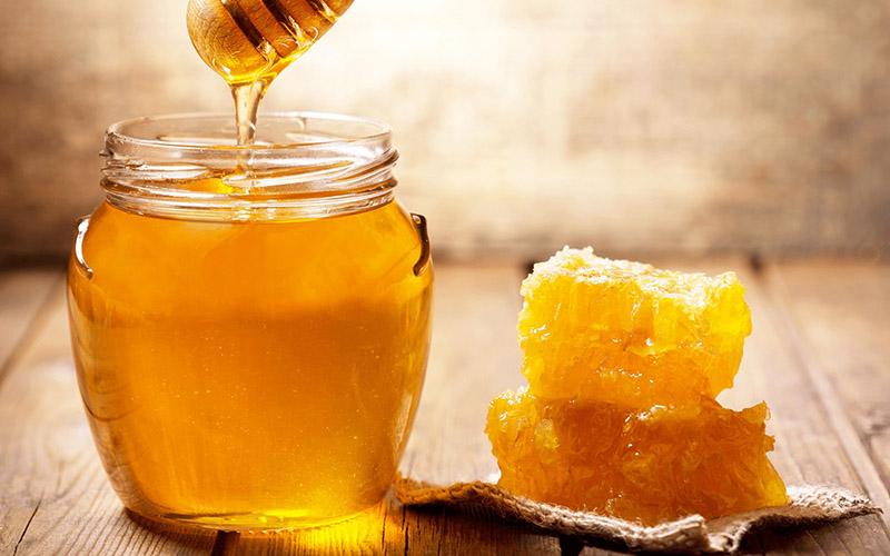 mật ong luôn là một trong những nguyên liệu tự nhiên được chị em tin tưởng làm đẹp cho da. Chúng có chứa các axit amin tự nhiên giúp hấp thu và giữ lại nước, tẩy tế bào chết và chống lão hóa tuyệt vời.