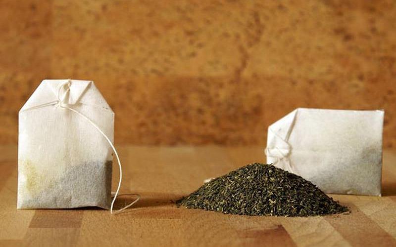 Trong trà xanh có chứa chất oxy hóa và tannin giúp chữa lành làn da khô và tình trạng mất nước trên môi, ngoài ra chúng còn làm giảm cảm giác đau rát mà bạn có thể gặp phải do môi khô.