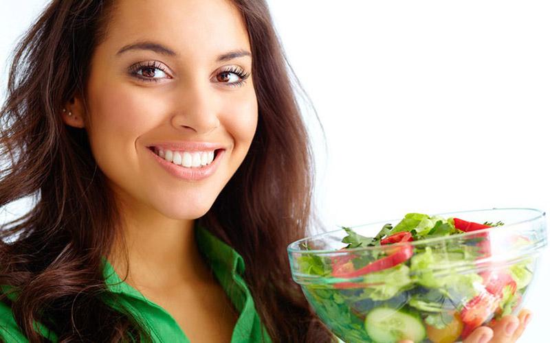 Bạn nên chọn những loại thực phẩm chứa nhiều vitamin B cho cơ thể đặt biệt là vào mua đông, tích cực bổ sung nhiều trái cây, rau xanh cùng các loại đậu xanh và đậu đen, các sản phẩm sữa vào thực đơn hằng ngày để giúp bạn có một đôi môi căng mọng tự nhiên.
