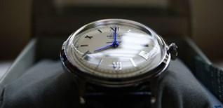 Nên chọn đồng hồ mặt đá sapphire hay kính cứng? Cách phân biệt mỗi loại