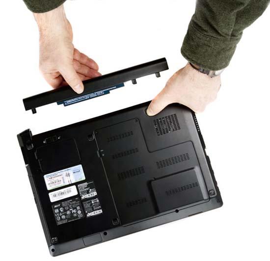 Lật ngược laptop và tháo pin ra khỏi máy