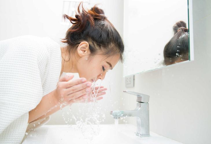 Tẩy trang và rửa mặt kĩ càng trước khi xông hơi.