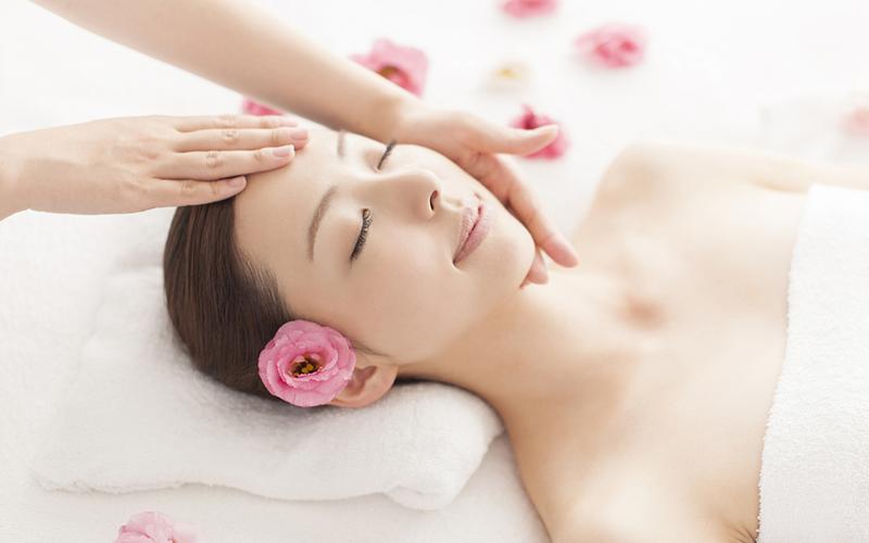 Các động tác massage da mặt sẽ giúp các cơ dưới da được thư giãn
