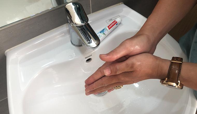 Cách khử mùi nước tẩy quần áo dính trên tay bằng kem đánh răng và nước xả vải