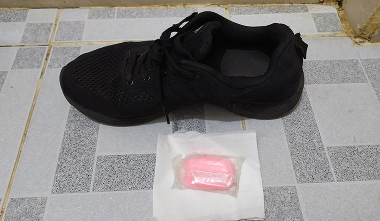 Tận dụng xà bông cục trong phòng tắm để khử mùi giày